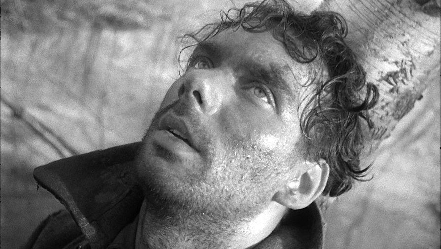 <b>&laquo;Летят журавли&raquo; (1957)</b> <br> Сценарий &laquo;Летят журавли&raquo; был создан по пьесе Виктора Розова &laquo;Вечно живые&raquo;; драматург, сам участник боевых действий, написал ее еще в 1943 году. Произведение опубликовали во время Хрущеской оттепели, и режиссер Михаил Калатозов, который жил в Ленинграде в начале блокады, а затем был в эвакуации, сразу же предложил автору написать сценарий для фильма