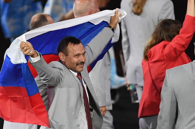 Спортивный функционер, мастер спорта международного класса, рекордсмен СССР в зимнем многоборье Андрей Фомочкин с флагом России во время парада атлетов и членов национальных делегаций на церемонии открытия XV летних Паралимпийских игр 2016 в Рио-де-Жанейро.