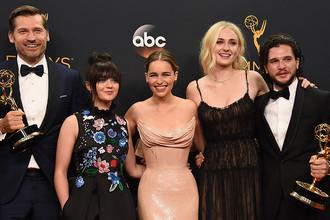 Актеры сериала «Игра престолов». Слева направо: Николай Костер-Вальдау, Мэйси Уильямс, Эмилия Кларк, Софи Тернер и Кит Харингтон