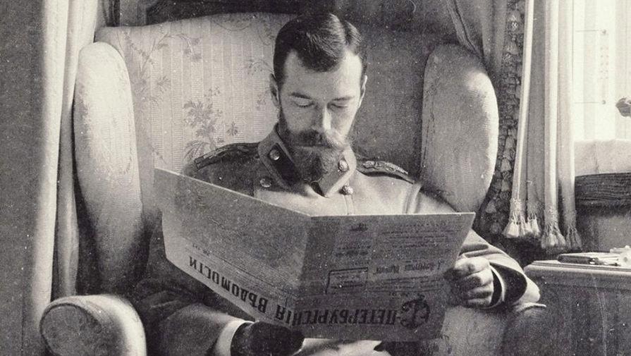 Николай II читает «Петербургские ведомости» в лиловом будуаре Александровского дворца в Царском Селе. Ок. 1902 года