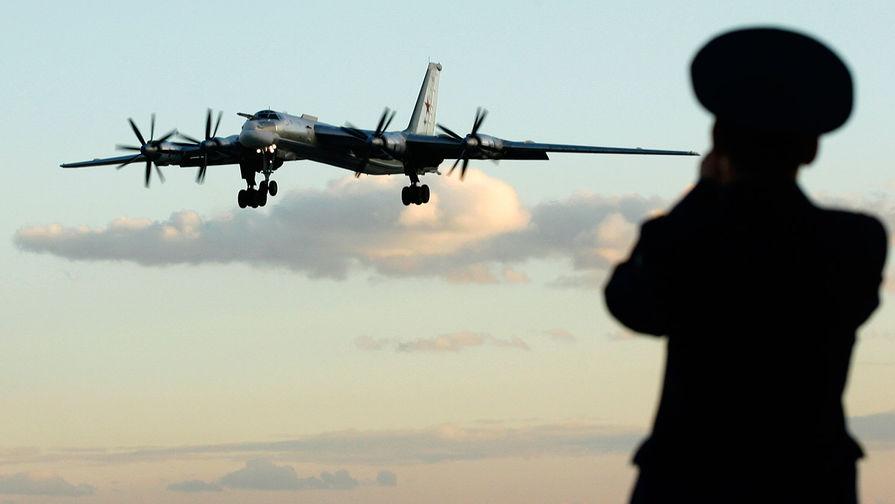 Российский стратегический бомбардировщик-ракетоносец Ту-95 над авиабазой в Энгельсе, 2008 год