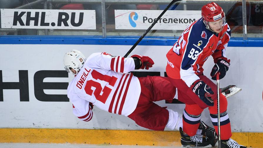 Игрок ХК ЦСКА Артём Сергеев (справа) и игрок ХК «Йокерит» Брайан О'Нилл