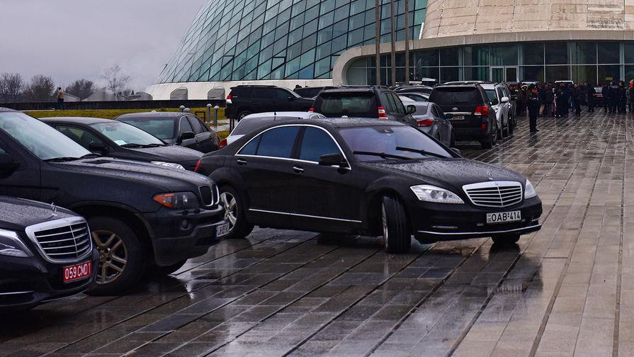 Автомобили около здания парламента Грузии, 2016 год
