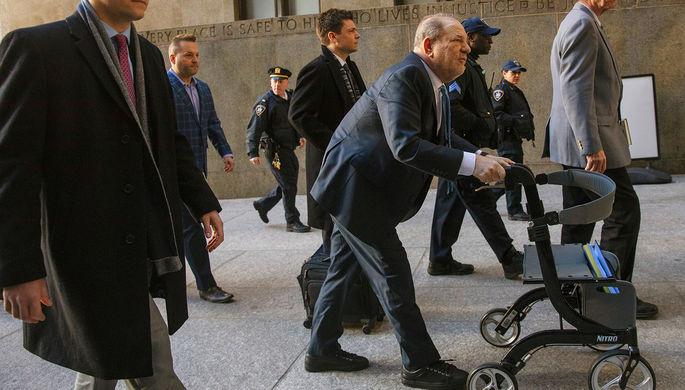 Харви Вайнштейн во время судебного заседания в Нью-Йорке (рисунок)