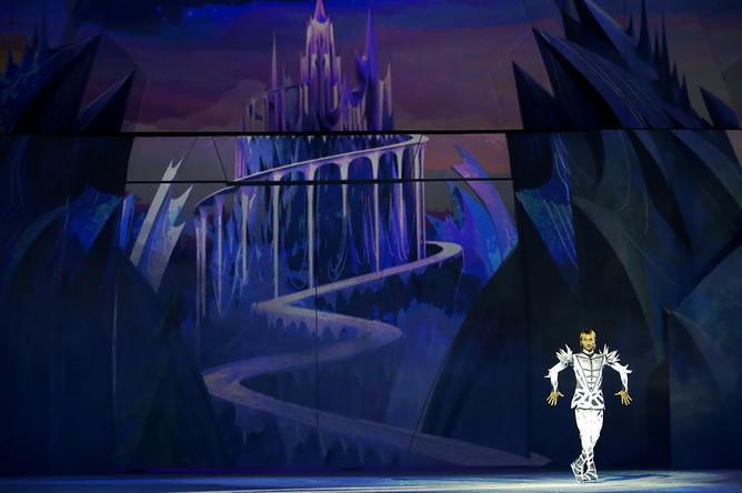 Фигурист Евгений Плющенко во время выступления на ледовом шоу «Снежный король- 2. Возвращение»