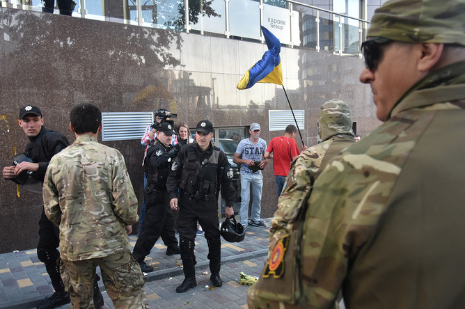 Полицейские и радикалы на месте пикетирования здания генерального консульства РФ в Одессе с целью сорвать празднование Дня России