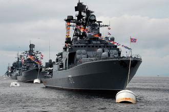 Большой противолодочный корабль (БПК) «Адмирал Виноградов» (на первом плане) во время парада кораблей, посвященного Дню Военно-морского флота России, во Владивостоке, 30 июля 2017 года