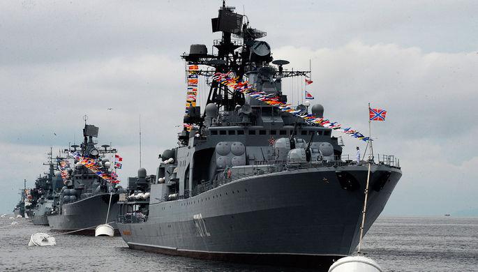 Большой противолодочный корабль (БПК) «Адмирал Виноградов» (на первом плане) во время...