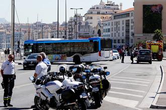 Полиция на месте ДТП в Марселе, где автомобиль протаранил автобусные остановки, 21 августа 2017 года