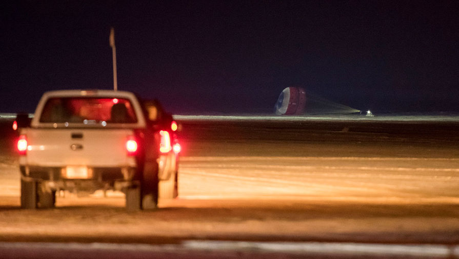 Космический корабль Starliner компании Boeing совершает посадку в штате Нью-Мексико, 22 декабря 2019 года