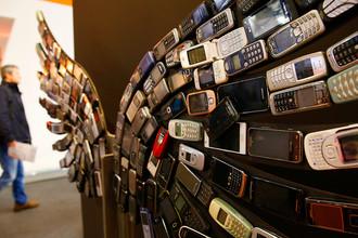 Инсталляция из старых мобильных телефонов на выставке Mobile World Congress в Барселоне, 28 февраля 2017 года