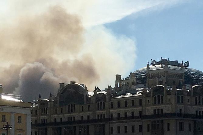 Дым от пожара в здании в Лубянском проезде