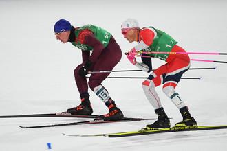 Российский спортсмен Александр Большунов (слева) и Йоханнес Хёсфлот Клебо (Норвегия) в финале командного спринта среди мужчин в соревнованиях по лыжным гонкам на XXIII зимних Олимпийских играх в Пхенчхане, 21 февраля 2018 года