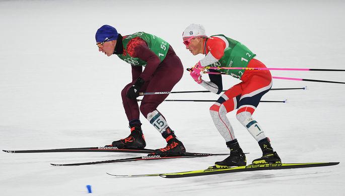 Российский спортсмен Александр Большунов (слева) и Йоханнес Хёсфлот Клебо (Норвегия) в финале...