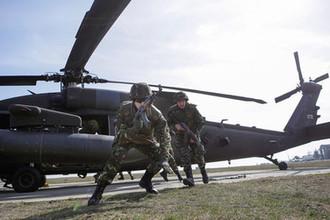 Румынские военнослужащие во время учений