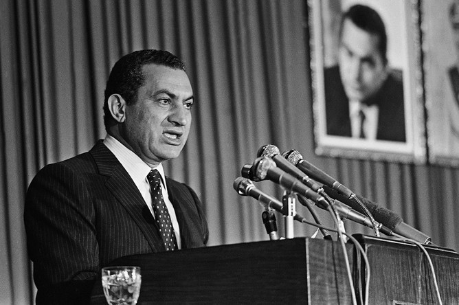 Президент Египта Хосни Мубарак во время обращения к членам правящей Национально-демократической партии после избрания его председателем, 1982 год