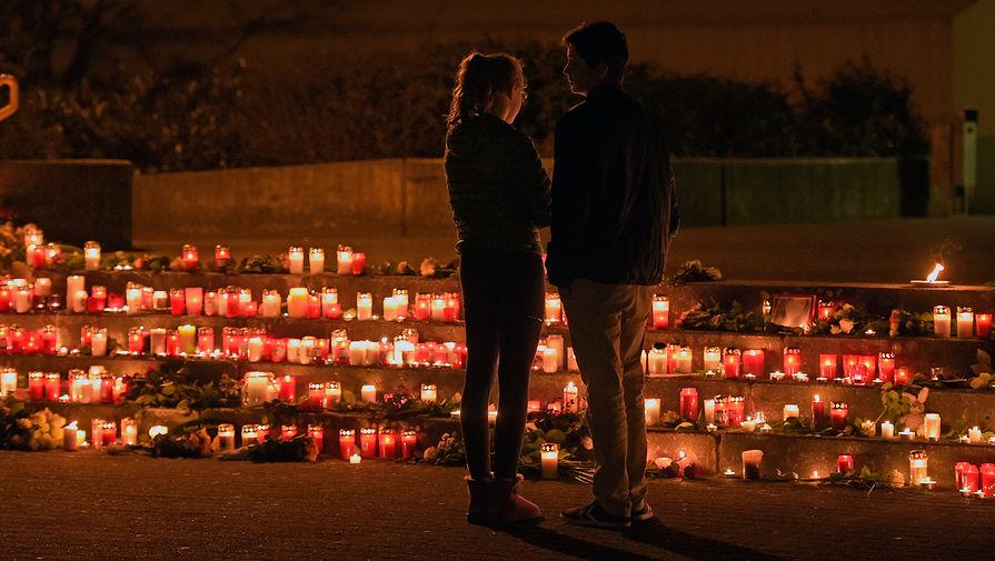 Студенты стоят возле свечей перед гимназией Йозефа-Кенига в Халтерне, Германия. Ученики этой школы были среди жертв самолета Germanwings, разбившегося во Французских Альпах в марте 2015 года.