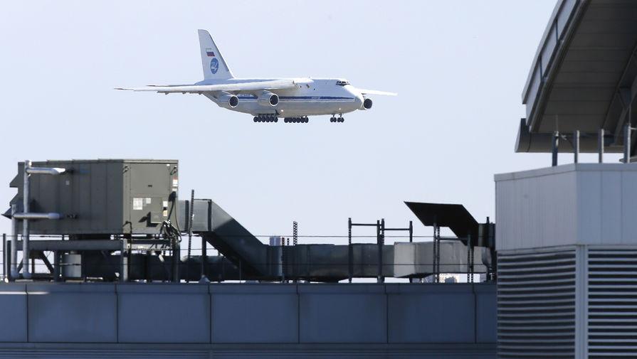 Российский военный самолет с медицинским оборудованием и масками перед посадкой в аэропорту Джона Кеннеди в Нью-Йорке, 1 апреля 2020 года