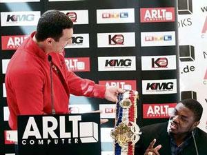Кличко предлагает Питеру потрогать чемпионский пояс