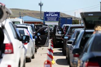 Очередь автомобилей на паром в порту Крым
