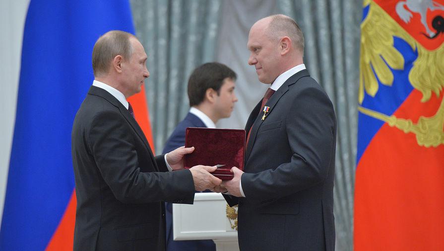 Президент России Владимир Путин (слева) и космонавт-испытатель Роскосмоса Олег Артемьев