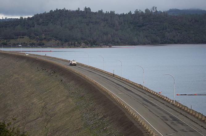 Вид на плотину недалеко от калифорнийского города Оровилл