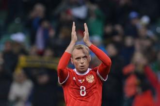 Денис Глушаков аплодирует болельщикам после товарищеского матча со сборной Бельгии