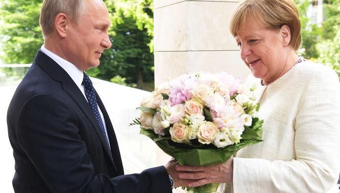 Президент России Владимир Путин и федеральный канцлер ФРГ Ангела Меркель во время встречи в Сочи, 18 мая 2018 года
