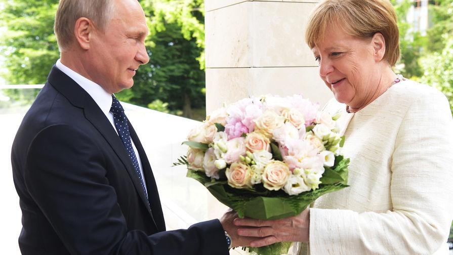 Почему Bild назвал оскорблением подаренный Путиным Меркель букет цветов