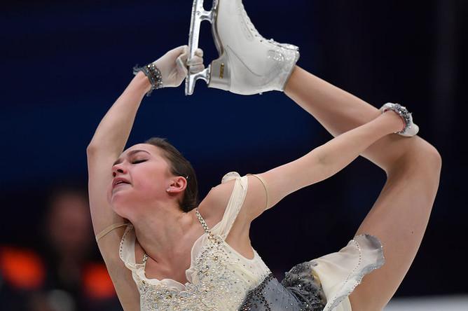 Алина Загитова во время выступления в короткой программе женского одиночного катания пятого этапа Гран-при в Москве, 16 ноября 2018 года