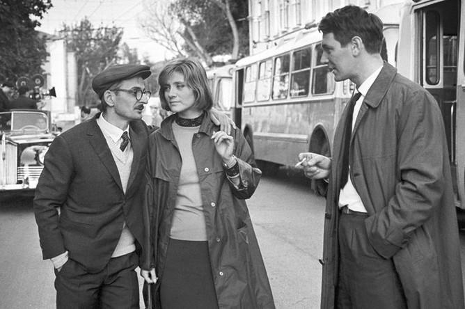 Кинорежиссер Марлен Хуциев, актеры Евгения Уралова и Александр Белявский на съемочной площадке фильма «Июльский дождь», 1966 год