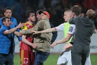 Футболист «Арсенала» Резиуан Мирзов и президент «Урала» Григорий Иванов