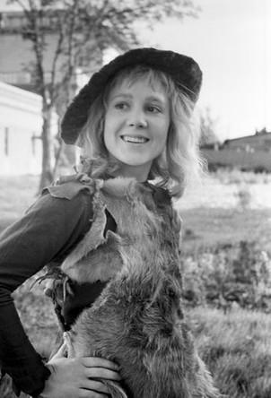 Кадр из кинофильма «Звездный мальчик». В роли лесного мальчика- актриса Надежда Румянцева, 1957 год