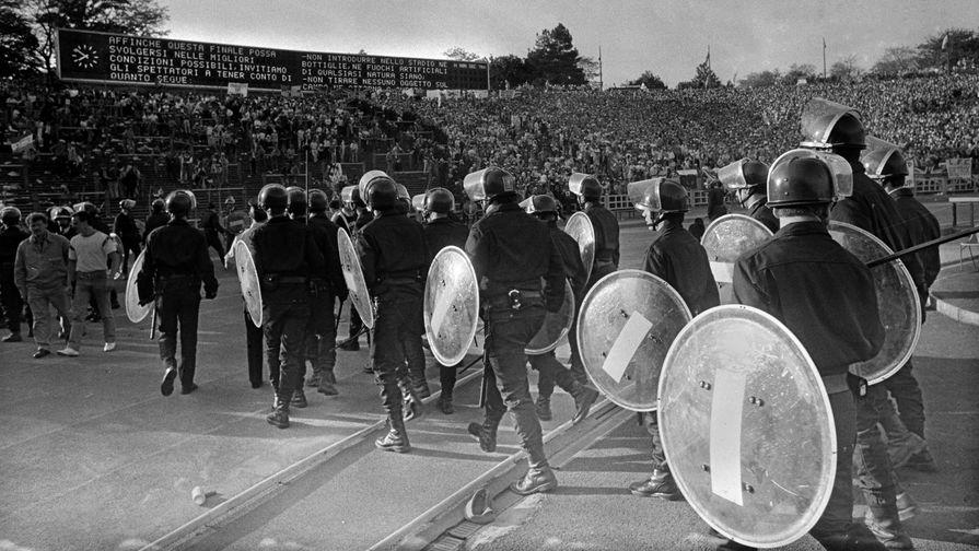 Полиция Бельгии направляется к трибунам во время финала Кубка европейских чемпионов между итальянским «Ювентусом» и английским «Ливерпулем» 29 мая 1985 года в Брюсселе
