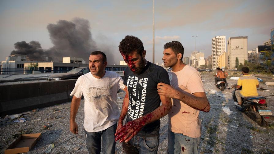 Пострадавший мужчина после взрыва в порту Бейрута, 4 августа 2020 года