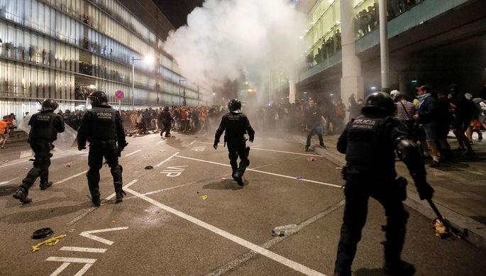 Столкновения между полицией и протестующими около международного аэропорта Барселоны, 14 октября 2019 года
