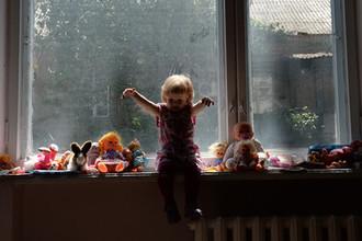 Замки на все окна: как в России будут спасать детей от падений