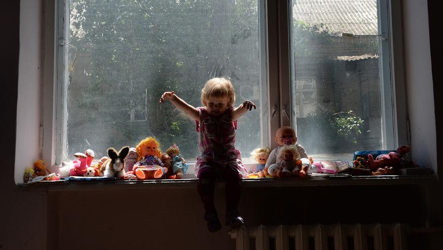 Минстрой изменит нормы для защиты детей от падений из окон