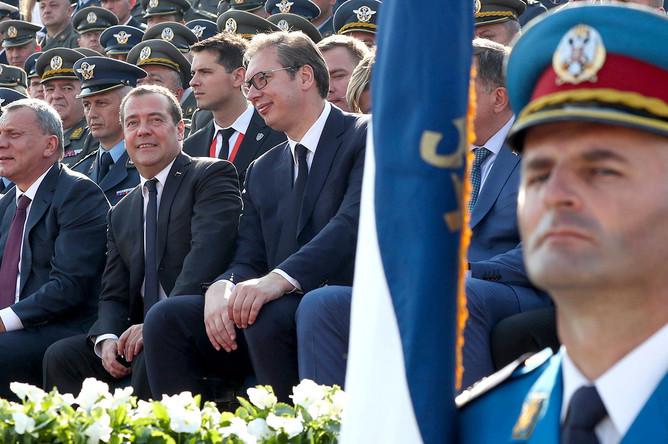 Вице-премьер РФ Юрий Борисов, премьер-министр РФ Дмитрий Медведев, президент Сербии Александр Вучич (слева направо) на военном смотре сербской армии «Свобода 2019» на аэродроме Батайница