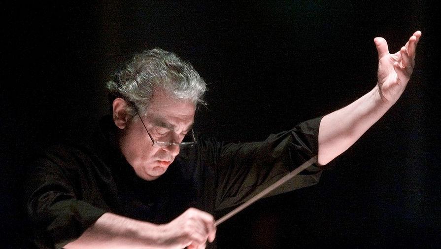Доминго — не только певец, но еще и дирижер. Впервые в этом качестве он попробовал себя в сезоне-1973/74 в опере «Травиата», которая показывалась в Нью-Йорке. Всего за свою продолжительную карьеру испанец провел более 300 вечеров за дирижерским пультом или в оркестровой яме. На фото Доминго во время работы с оркестром и хором Вашингтонской оперы в 2001 году
