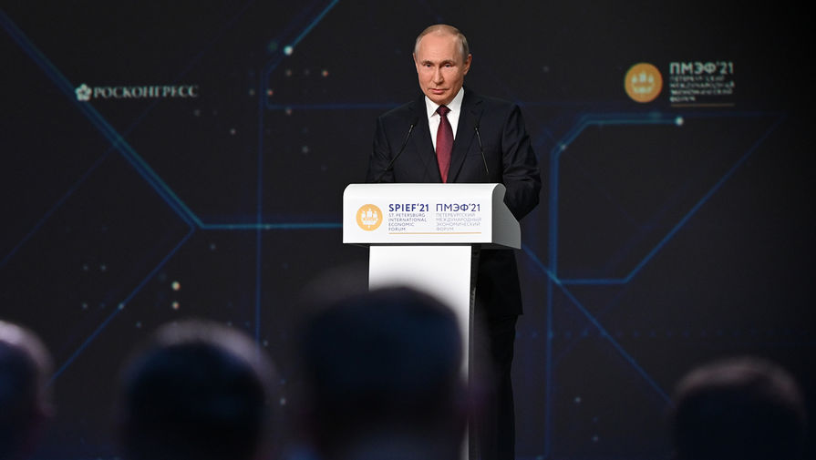 Президент РФ Владимир Путин выступает на пленарном заседании в рамках Петербургского международного экономического форума- 2021 в конгрессно-выставочном центре «Экспофорум», 4 июня 2021 года