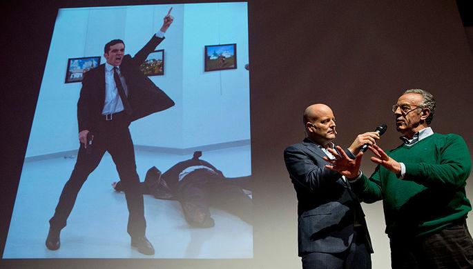 Фотограф агентства Associated Press Бурхан Озбиличи (Burhan Ozbilici) во время церемонии награждения победителей, 13 февраля 2017 года
