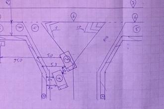 Схема ДТП, в котором водитель на Hyundai Solaris (2 на схеме) при съезде направо столкнулся со следующим по обочине Mitsubishi Lancer (1)