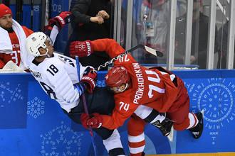 Джордан Гринуэй (США) и Николай Прохоркин (Россия) в матче Россия- США по хоккею среди мужчин группового этапа на XXIII зимних Олимпийских играх