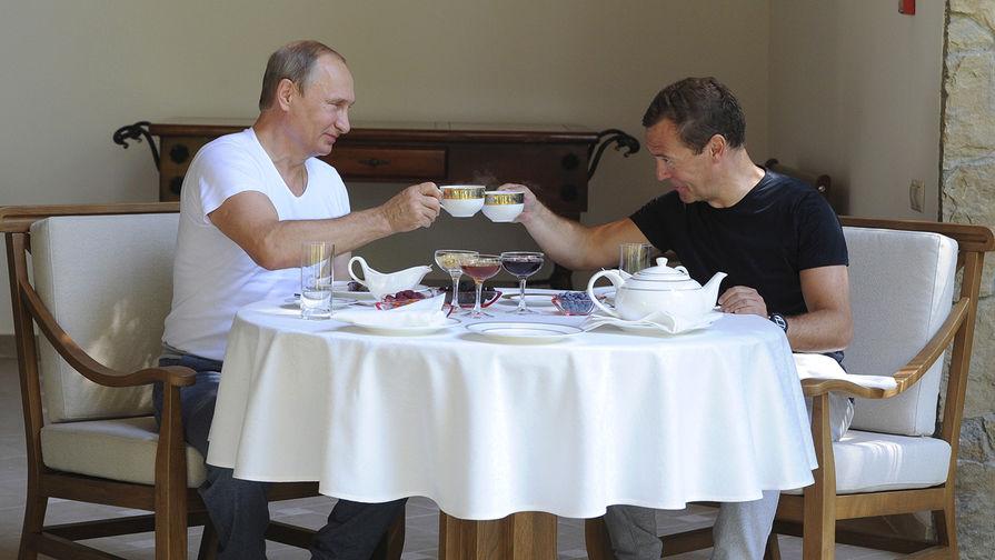 Президент России Владимир Путин и председатель правительства России Дмитрий Медведев во время...