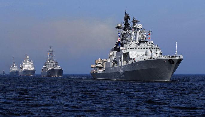 Большой противолодочный корабль проекта 1155 «Североморск» (справа) на главном военно-морском параде