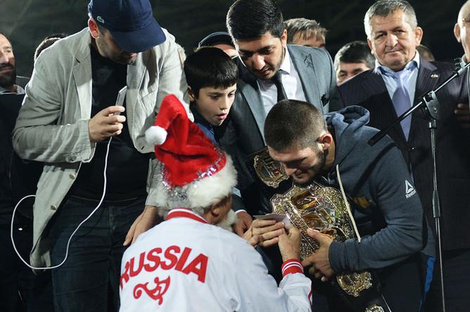 Во время встречи с бойцом смешанного стиля Хабибом Нурмагомедовым на стадионе «Анжи-Арена» в Дагестане, 8 октября 2018 года