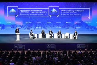 Во время пленарного заседания на арктическом форуме в Санкт-Петербурге, 9 апреля 2019 года