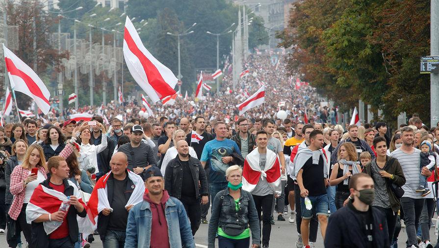 Участники акции протеста против результатов выборов в Белоруссии идут к площади Независимости в Минске, 23 августа 2020 года