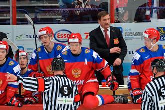 Главный тренер сборной России Валерий Брагин (третий справа) во время полуфинального матча плей-офф молодежного чемпионата мира по хоккею между сборными командами России и США
